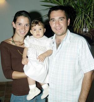 Fernanda Sada Galán cumplió un año de vida, la acompañan sus papás, Begoña y Alex Sada.