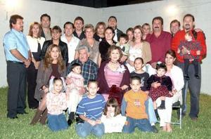 Los señores Ramón y Delia acompañados de sus hijos Lila, Leticia, Lourdes, Roberto, César, David y Héctor, hijos políticos, nietos y bisnietos.