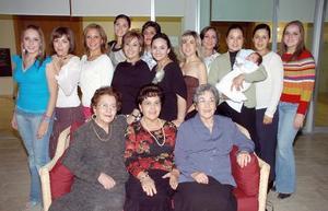 Alejandra Rodríguez Porras acompañada por un grupo de amigas, en la despedida de soltera que le ofreció su mamá..