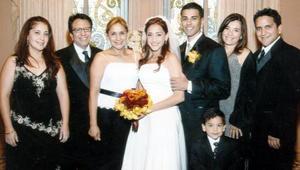 Felices y enamorados lucieron los novios en su recepción de boda, acompañados por Esperanza Salas, Lic. Jesús Salas, Coco de Salas, Begoña Urraza de Salas, Santiago Salas e Ing. Jesús Salas