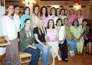 Por su próximo enlace nupcial, Salma Oviedo Soto fue festejada por un grupo de amigas en una fiesta de despedida.