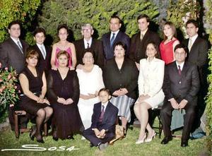 Sr. Ricardo Esquivel y Sra. María Elena Castruita Rodríguez, en una foto de estudio con motivo de sus Bodas de Oro, acompañados por sus hijos y nietos.