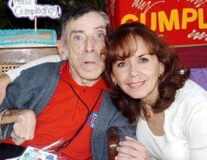 José Antonio Flores de la Fuente con su prima Pecky Weeb.