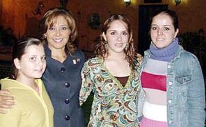 Luis Porras de Martínez con sus hijas Lupis, Georgi y Liz.