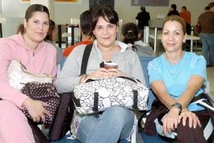 Monserrat Morales viajó a Milán y lo despidieron Mónica Morales y Belinda de Nahle.