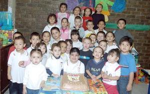 Irving  Mauricio Castillo Villegas rodeado de amigos en la fiesta que le preparaon por su cumpleaños.