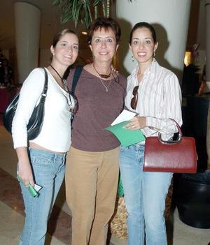 Dulce Correa de Valencia con sus hijas Valeria y Daniela..