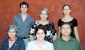 María Elena Tello Sierra acompañada de su esposo Rogelio Guerrero, sus hijos Alejandra y Gerardo, y pos su hermanas Teresa y Rosario