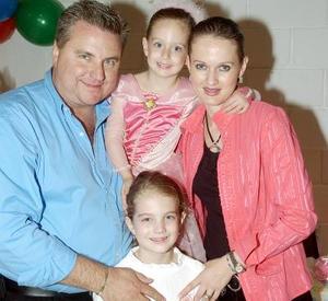 La pequeña Bárbara Dugay festejada por sus papás Luis Dugay y  Rocío de Dugay y su hermana Mary Sofi.