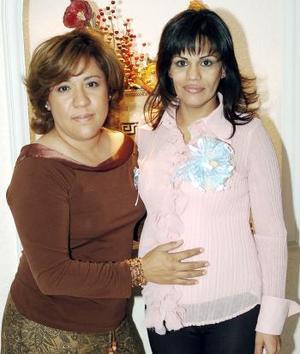 Patricia Rangel Méndez en compañía de Martha Ávila quien le organizó una fiesta de canstilla en honor del bebé que espera.