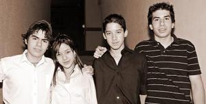 Dámaris Sánchez Ibarra acompañada por Jorge, Said y Manuel el día que celebró 14 años de vida.