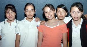 Melissa García Gutiérrez acompañada de sus amigas.