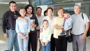 David Betancourt, Ana María Portillo y Daniela viajaron a Tijuana, los despidió la familia Romero Parral.