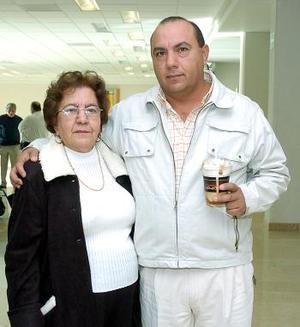 María Estela López viajó con destino a Houston, la despidió Héctor Rivera.