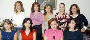 Adriana Flores, Mónica de Cuerda, Gaby de Anaya, Juani de Allegre, Laura de Allegre, Claudia de Pedroza, gabriela de Mendoza y Rocío de Belmont acompañan a la futura novia.