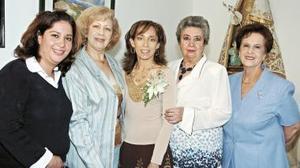 Adriana Pedroza acompañada de la organizadora, Georgina de García, ademas de Yolanda Hernández de Pedroza, Lupita Cueto de Allegre y Gabriela de Mendoza.