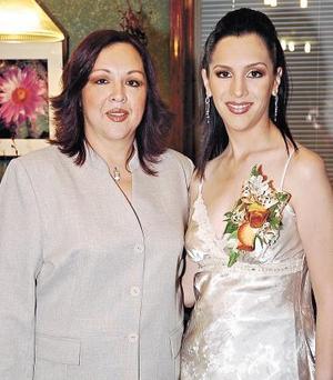 María Eugenia Córdova Muñiz  acompañada por su mamá, María Eugenia Muñiz de Córdova, quien le ofrecio una despedida de soltera.