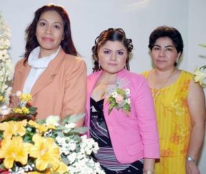 Nayma Hernández Landeros acompañada por Lourdes landeros y Susana Uvalle de Rojo, quienes le ofrecieron una fiesta pre nupcial.