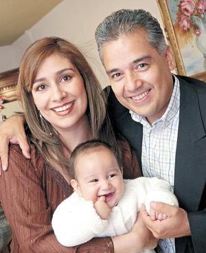 Adriana Castañeda de Fuentes y Enrique Fuentes Domínguez con su hijito Diego Enrique.