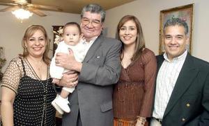 Luz María Diosdado de Castañeda, Carlos Castañeda, Adriana de Fuentes, Enrique Fuentes y el pequeño Diego.
