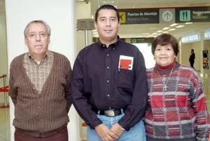 Rodolfo Rosales viajó a Mexicali, lo despidieron Francisca y Rodolfo Rosales.