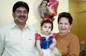 Andrea Sandoval Ramírez, el día de su piñata acompañada por sus abuelitos, José Sandoval Díaz e Inés Reséndiz de Sandoval.