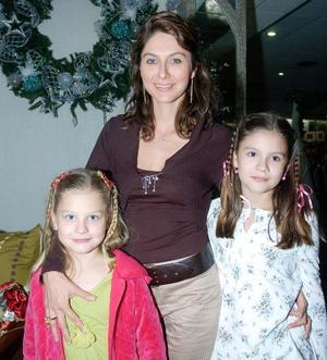 Verónica Espinoza de González con sus hijas Sogía y Valeria González.
