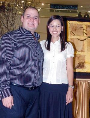 La expositora Mónica Martínez de Villalobosy su esposo César Villalobos.