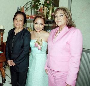 Tuty con las anfitrionas, señora Olga Aymerich de García y señora Socorro Villarreal de Valles.