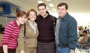 Marcelo Sifuentes llegó al DF., lo recibieron Mariana, Pilar y Enrique.