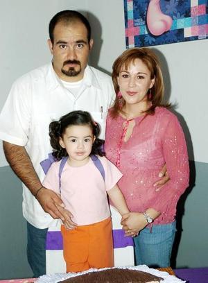 Paula Lavina Castillo Alvarado acompañada por sus papás, Jesús castillo Guajardo y Alexa Alvarado de Castillo, el día que celebró su segundo cumpleaños.