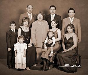 <b>20 de noviembre 2005</b><p> Profra. Josefina Morales Domínguez celebró 30 años de carrera magisterial acompañada de sus hijos y nietos.