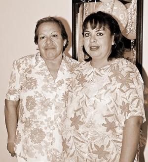 Liliana Castañeda de Martínez acompañada por su mamá, Araceli Allende, quien le ofreció una linda fiesta de canastilla.