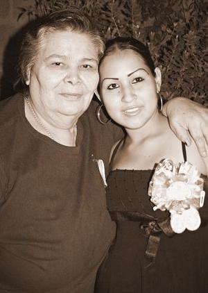 <b>20 de noviembre 2005</b><p> Por el cercano nacimiento de su bebé, Celia Cháirez Limones disfrutó de una dfiesta de canastilla, organizada por su abuela, Graciela Campos.