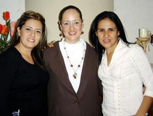 La festejada con sus amigas Vero Reyes Gamboa e Isabel Rodríguez de Martínez.