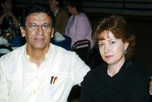 José González y Esthela de González.