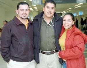 Francisco Arratia y Marco Antonio Meléndez, viajaron a México DF, los despidió Indira Rodríguez.