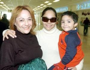 <b>23 de noviembre 2005</b><p> Margarita Soto viajó al extranjero y fue despedida por su hija Yelile Deep y su nieto Sebastián Castro Deep.