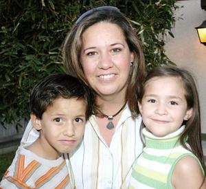 Alejandra de Ferriño con sus hijos Alexa y Diego.