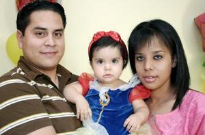 Andrea Sandoval Ramírez fue festejada con una divertida fiesta de cumpleaños, aquí junto a sus papás, David y Gisel.