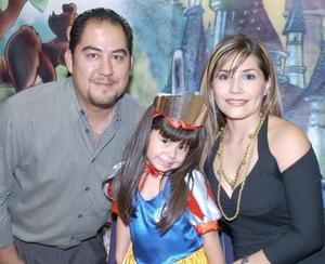Con una divertida fiesta Ivana Torres Guerrero fue festejada con una piñata por sus papás, Sergio Torres y Eunice Guerrero.