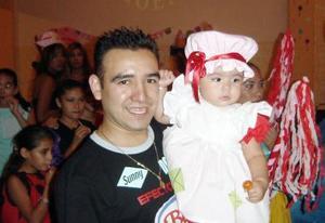 Hannan Sofía Rauda Torres junto a su papá Daniel Rauda Abusamra el día que cumplió un año de vida.