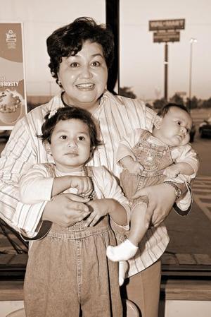 <b>23 de noviembre</b><p> Lidia Estela Ortega Moreno en compañía de su mamá, Lidia Moreno de Ortega y de su hermanita, el día de su píñata.