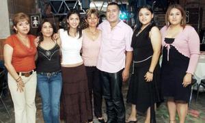 José Antonio Martíenz Carrillo disfrutó de un ameno convivio con motivo de su cumpleaños acompañado por un grupo de invitadas.