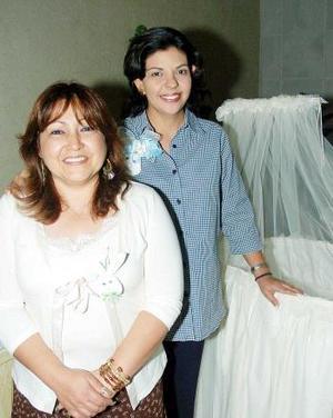 <b>23 de noviembre 2005</b><p> Guadalupe Díaz de León de Rodríguez en compañía de Yolanda Alonso, quien le ofreció una fiesta de canastilla.
