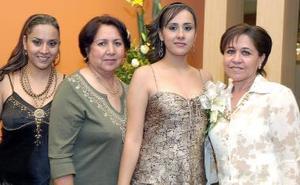 Dahlia Morado Campos disfrutó de una fiesta de despedida, la acompañan Alicia Campos de Morado, Rosa Elena Castañeda de Benítez y Lucía Morado.