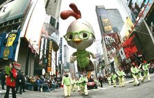 El espectáculo se vio empañado por un incidente en el que resultaron heridas un par de personas a raíz del impacto de uno de los globos contra una farola.