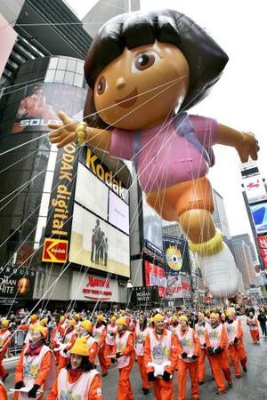 Entre los hitos de la jornada destacó el desfile de globos gigantes del centro comercial Macy's, en Nueva York, una tradición que arrancó en 1924 y que sólo se interrumpió entre 1942 y 1944 con motivo de la Segunda Guerra Mundial.
