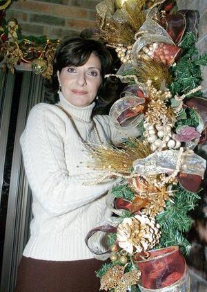 Guillermina Batarse de Murra confeccionó su diseño floral navideño.