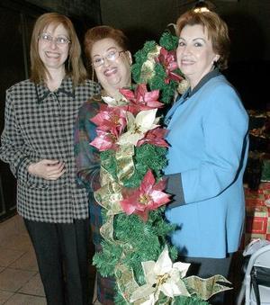 Leny Lambros y Leonor Chiffer junto a otra dama.